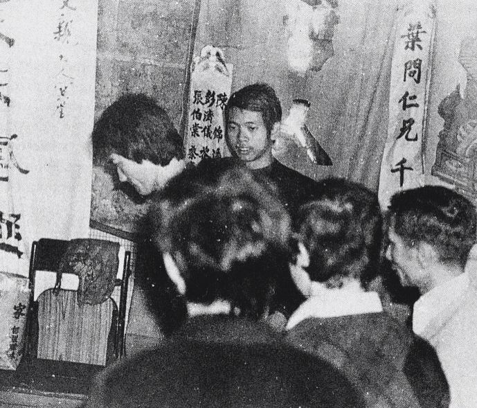 Bruce Lee At The Funeral Of Yip Man Bruce Lee A L Enterrement De Yip Homme Bruce Lee Bruce Lee Martial Arts Martial Arts