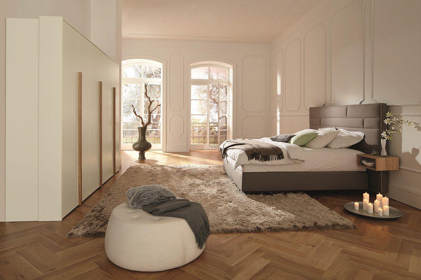 chambre parentale avec dressing au sol un parquet chevron en bois massif clair