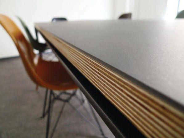 Die maßgefertigten Tischplatten können in Format, Linoleumfarbe und Kantenart frei im Onlineshop konfiguriert werden.