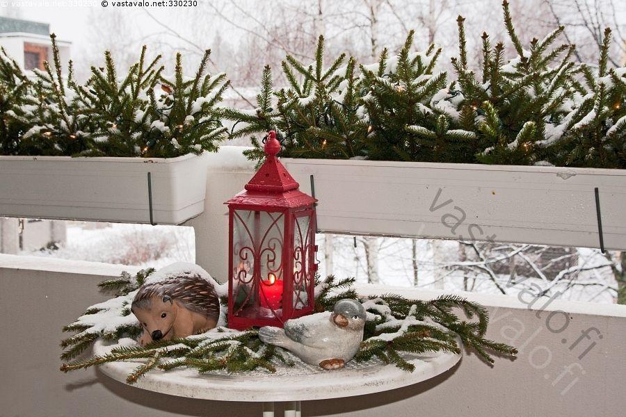 Parvekekoristeet - kerrostalo parveke pöytä kukkalaatikko talvi lumi kuusenoksat haot lyhyt kynttilälyhty kynttilä koriste keramiikka siili lintu