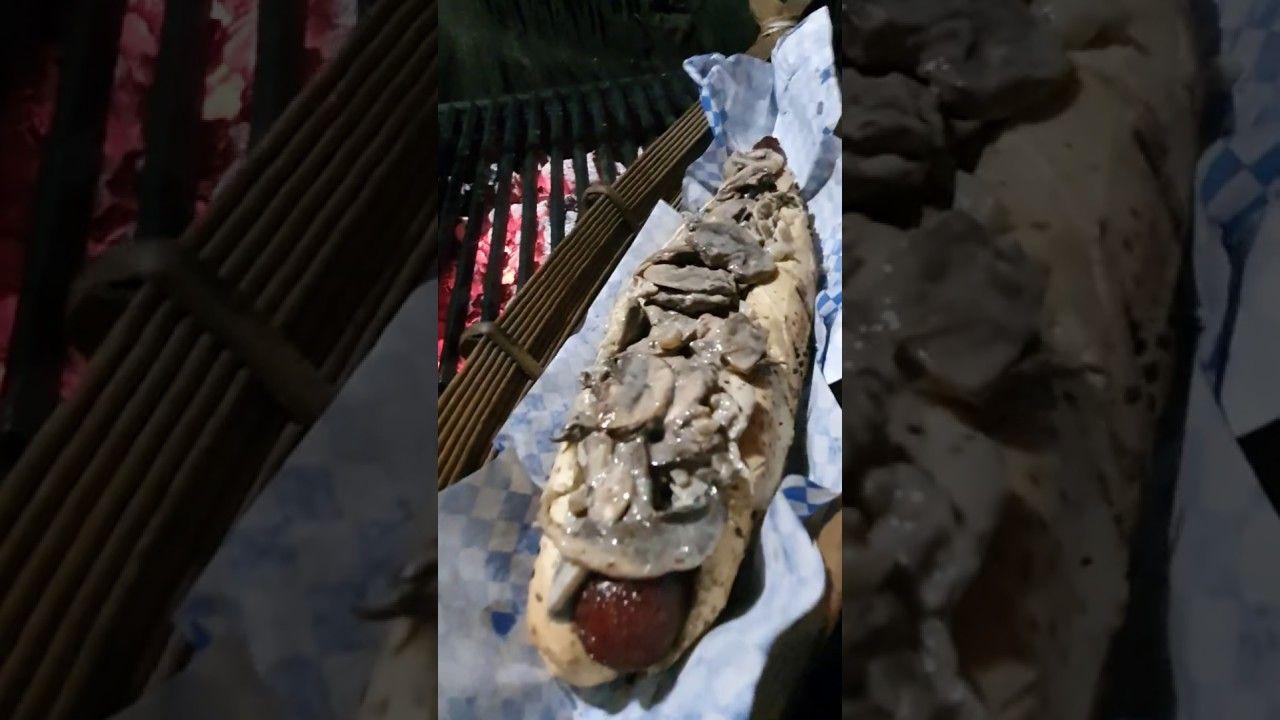 Hotdog Gigante Con Champiñones En Salsa De Queso Azul Y Vino Blanco Salsa De Queso Azul Salsa De Champiñones Salsa De Queso