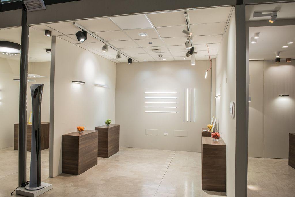 Vista interna settore tecnico ed illuminazione per negozi nuovo
