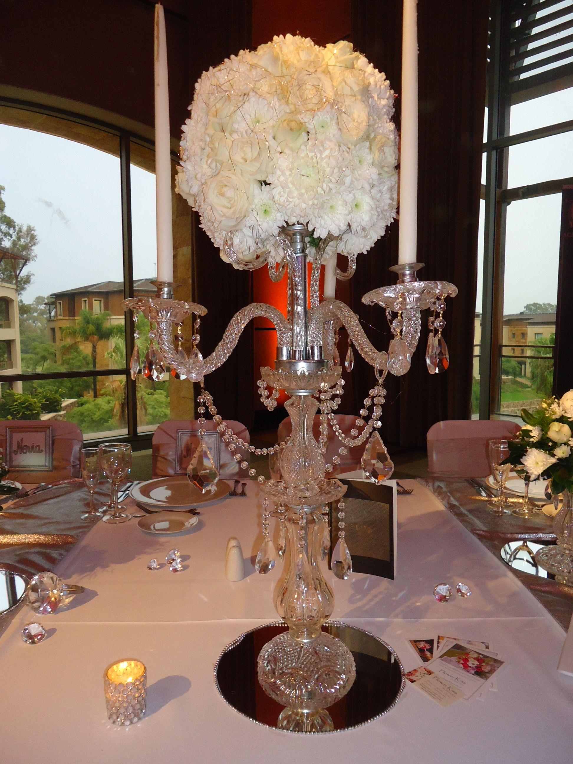 Centros de mesa con esferas de flores sobre base de - Centros de mesa con flores ...