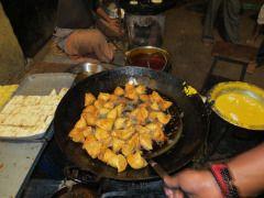 #Samosa being fried in the streets of #Varanasi  #Street #Food #India #ekPlate #ekplatesamosa