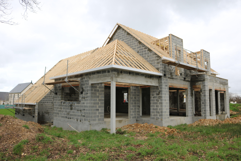 Charpente Terminee Pour Cette Grande Maison Contemporaine A Toiture 4 Pans Realisee Par Le Constructeu Toiture Maison Constructeur Maison Facade Maison Moderne
