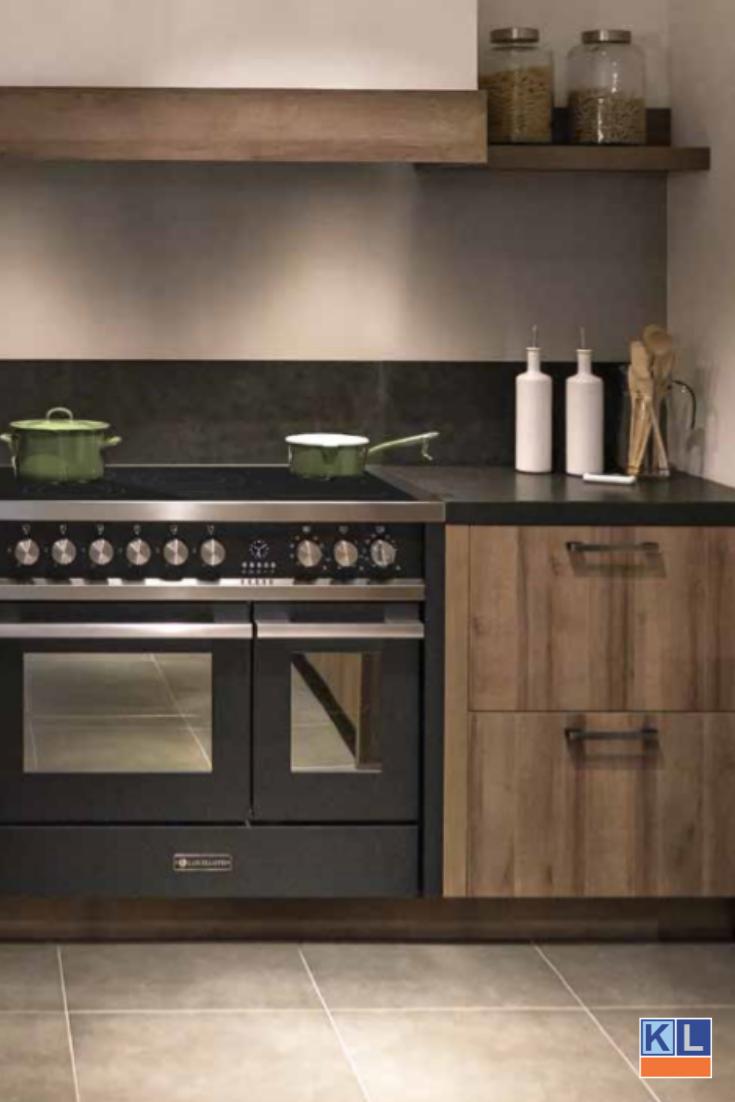Zwart Fornuis In Een Houten Keuken Keuken Fornuis Keuken Inspiratie Keuken