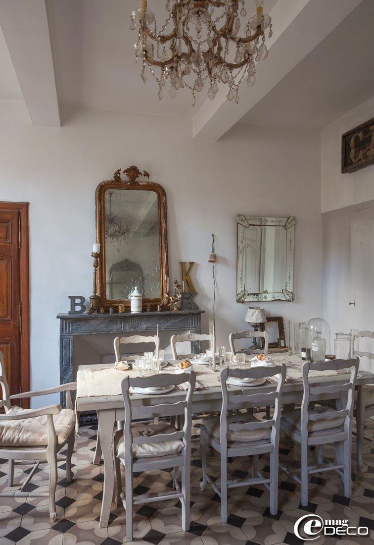Salle manger d 39 esprit gustavien et meubl e avec une for Table de salle a manger chez but
