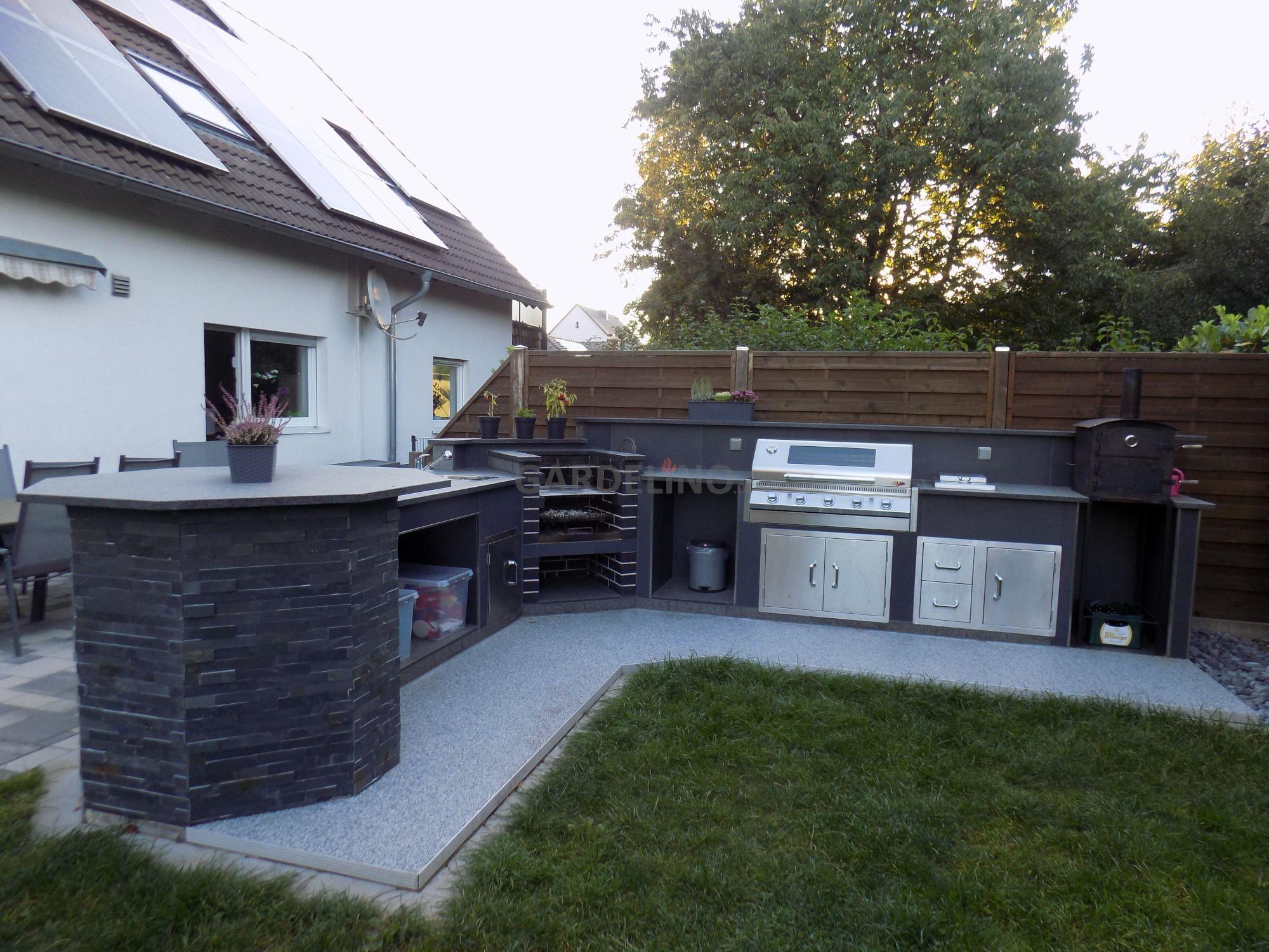 Großzügige Outdoor Küche mit BeefEater Grill, Kochfeld