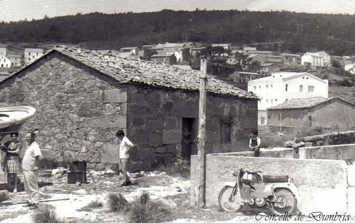 Xente cunha moto nunha parede. Cedida por Ezaro.com