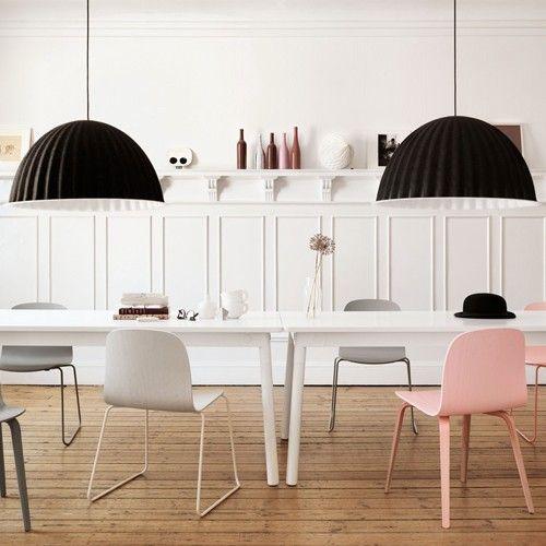 Une Salle A Manger Epuree Mais Chaleureuse La Chaise Rose Muuto Apporte La Note De Gaiete Qui Fait Toute La Difference Interior Home Interior Design
