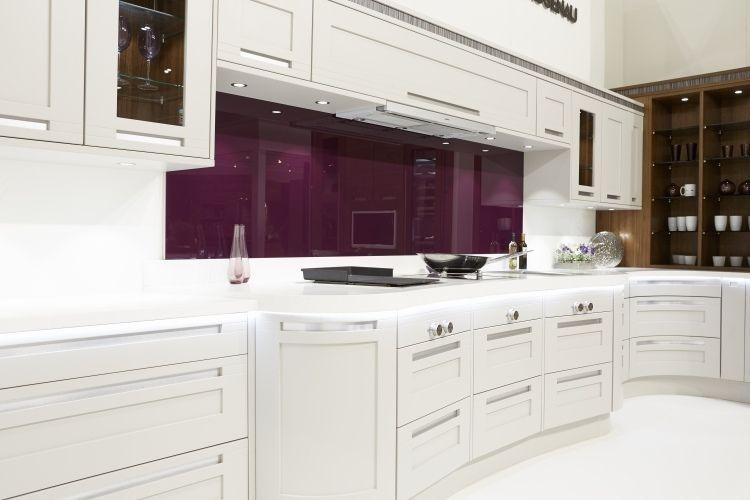 crédence de cuisine couleur aubergine et armoires blanches ...
