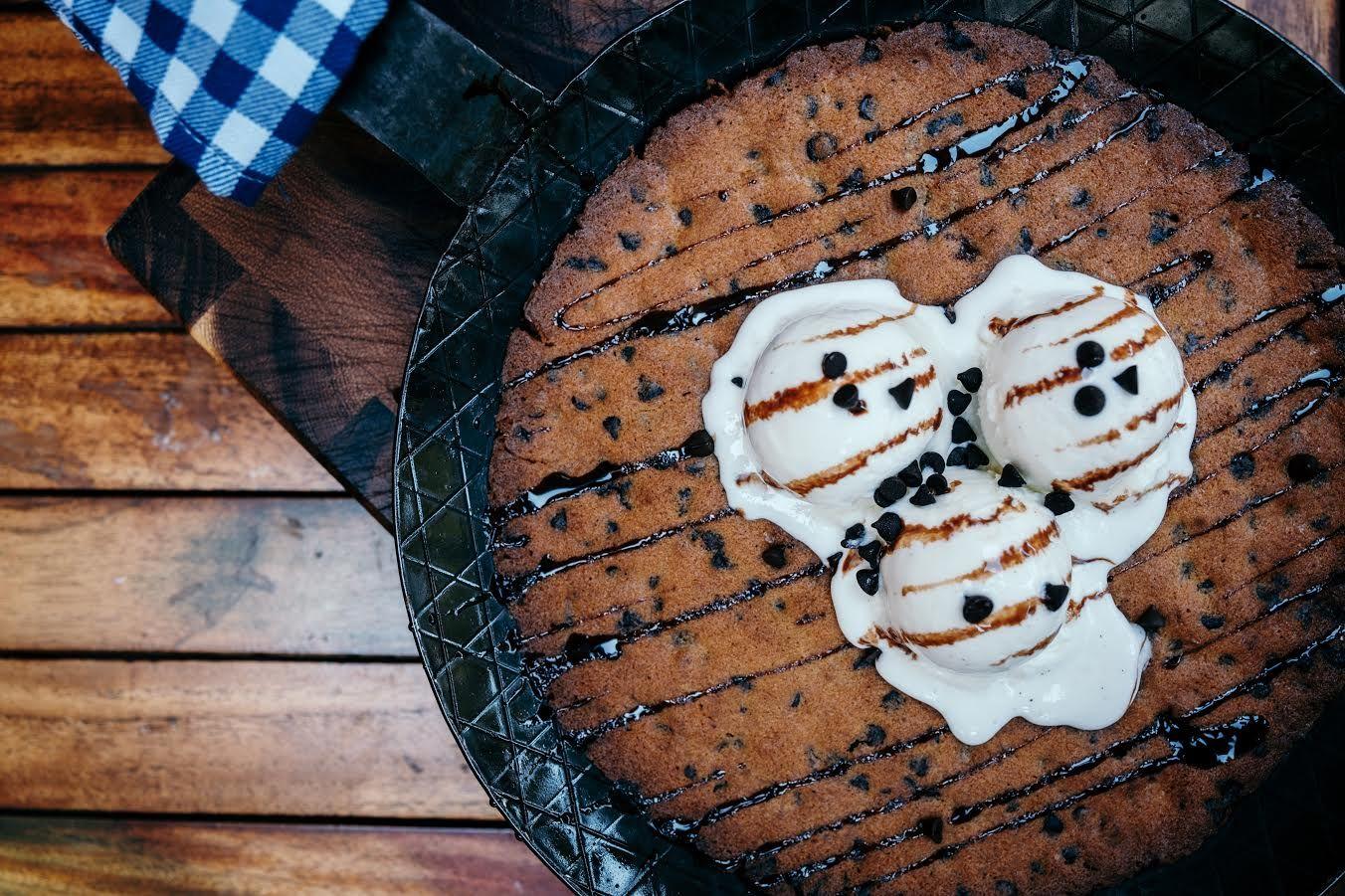 اربح دعوة لشخصين من مطعم كلو باربكيو عين دبي تعرف على مطاعم واماكن السهر فى دبي Desserts Food Cookies