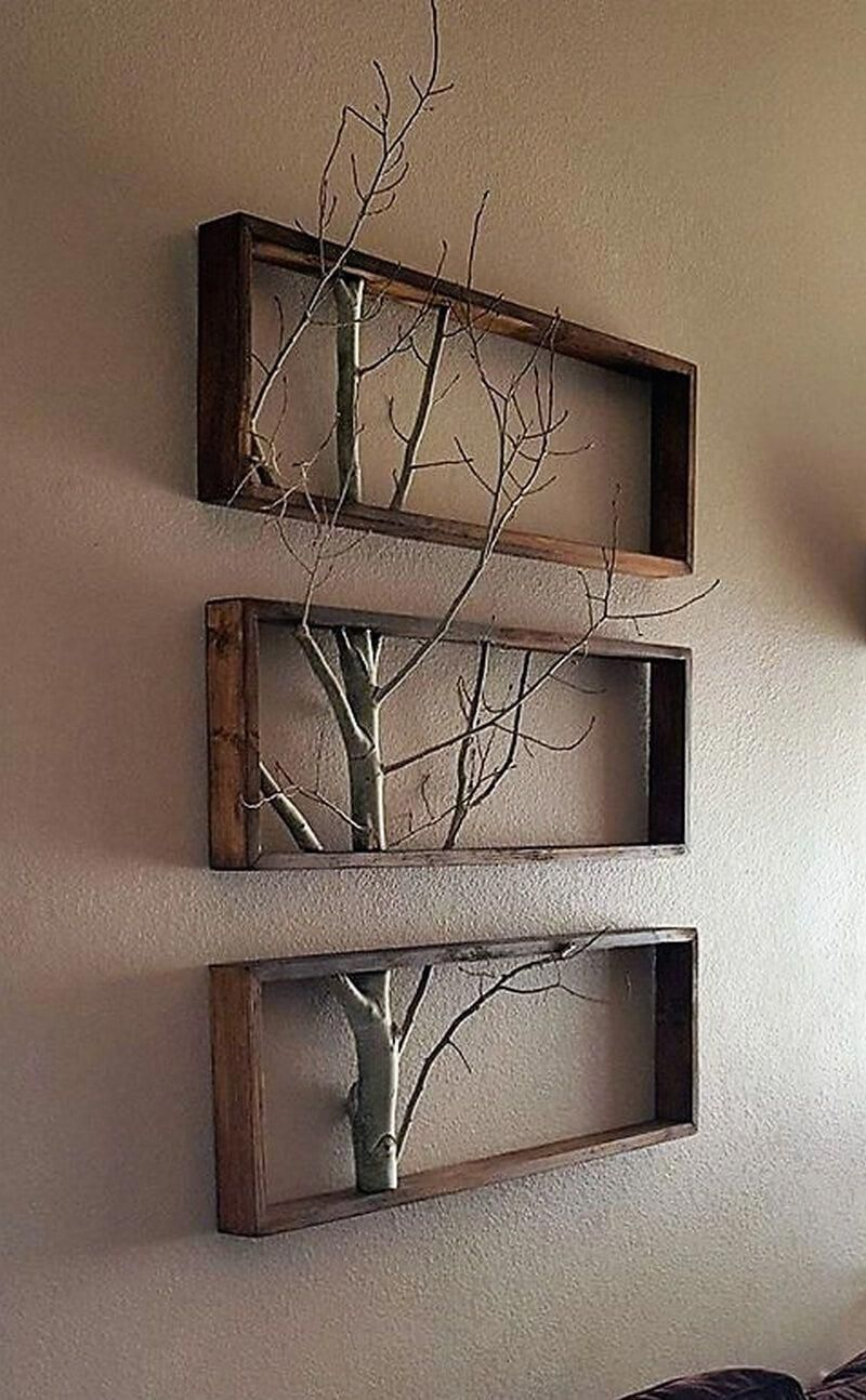 Reclaimed wood pallet wall decor idea gives a rustic environment