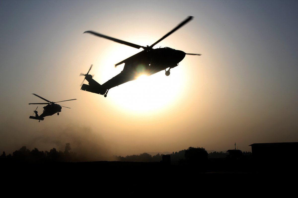 Us Army Soldiers Assigned To The 101st Combat Aviation Brigade 101st Airborne Division Hover Over A Landing Z Military Pictures Military Helicopter Military