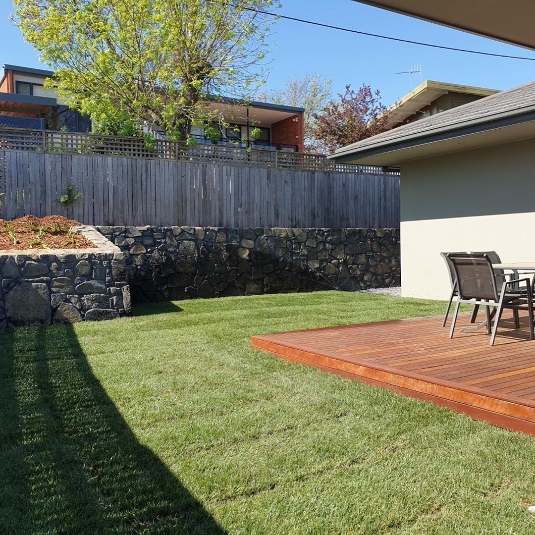 Laid Some Nice Canturf Canberra Blend Really Brings The Area To Life Preparation Is Key To Laying Turf You Have T Top Soil Garden Design Landscape Design