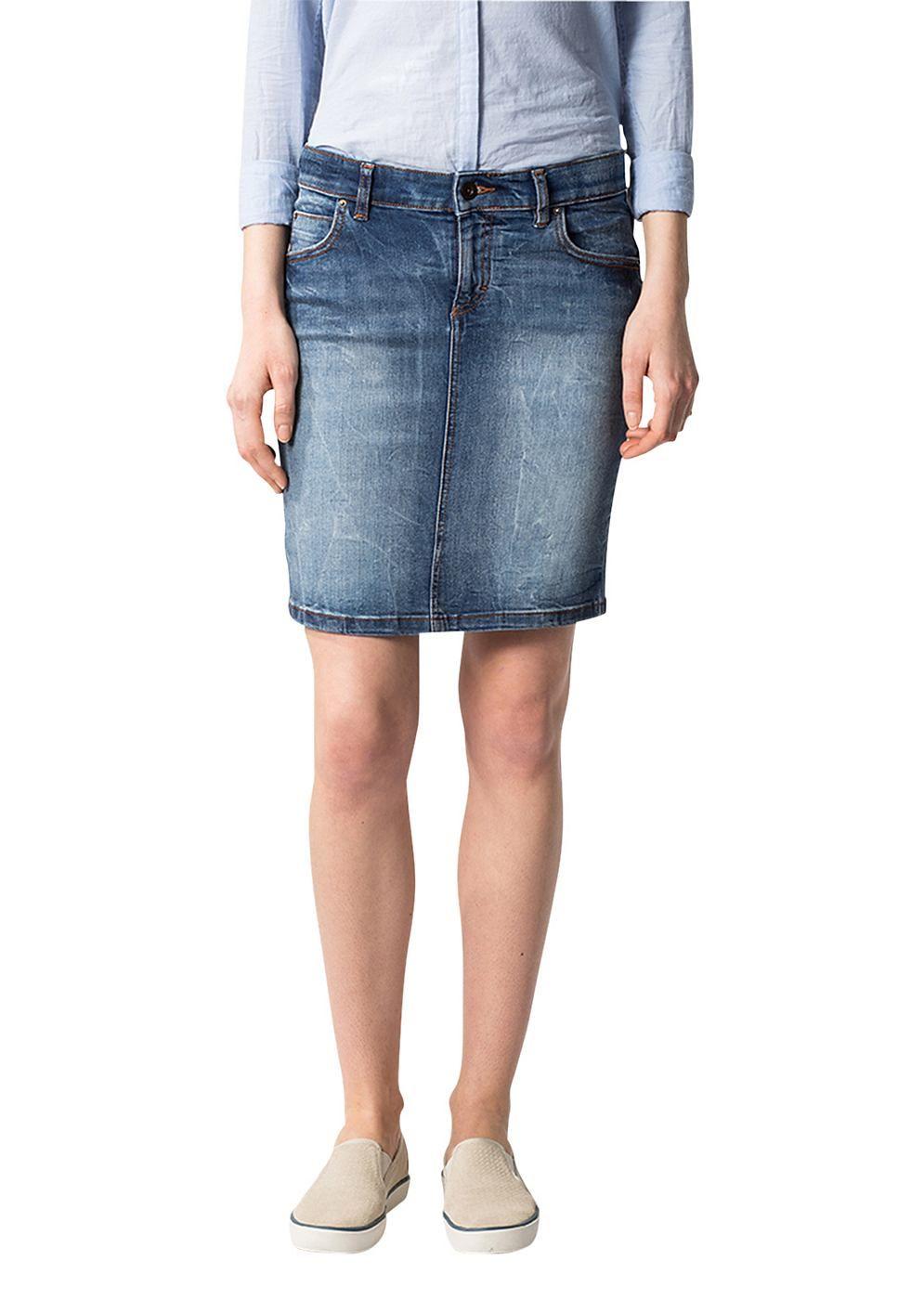 Knielanger und gerade konfektionierter Jeansrock in einer kompakten 90%-igen Baumwoll-Qualität mit 8% Polyester und 2 % Elastan-Anteil. Der heruntergewaschener, blauen Denim wird wirkungsvoll mit leichte Used-Details kombiniert und ergeben ein einzigartiges Gesamtbild....
