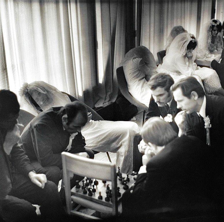 Esperando en el registro civil. Las novias duermen aburridas; los novios juegan al ajedrez. Fotografía anónima tomada en Tallin, capital...