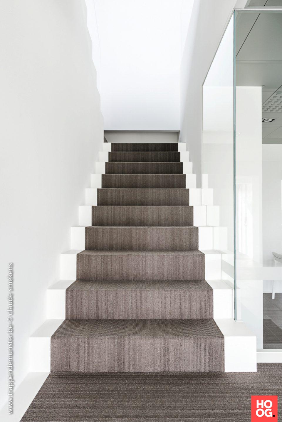 Luxe trappen met glazen leuning | hal inrichting | interieur inspiratie | hallway ideas | Hoog.design #halinrichting