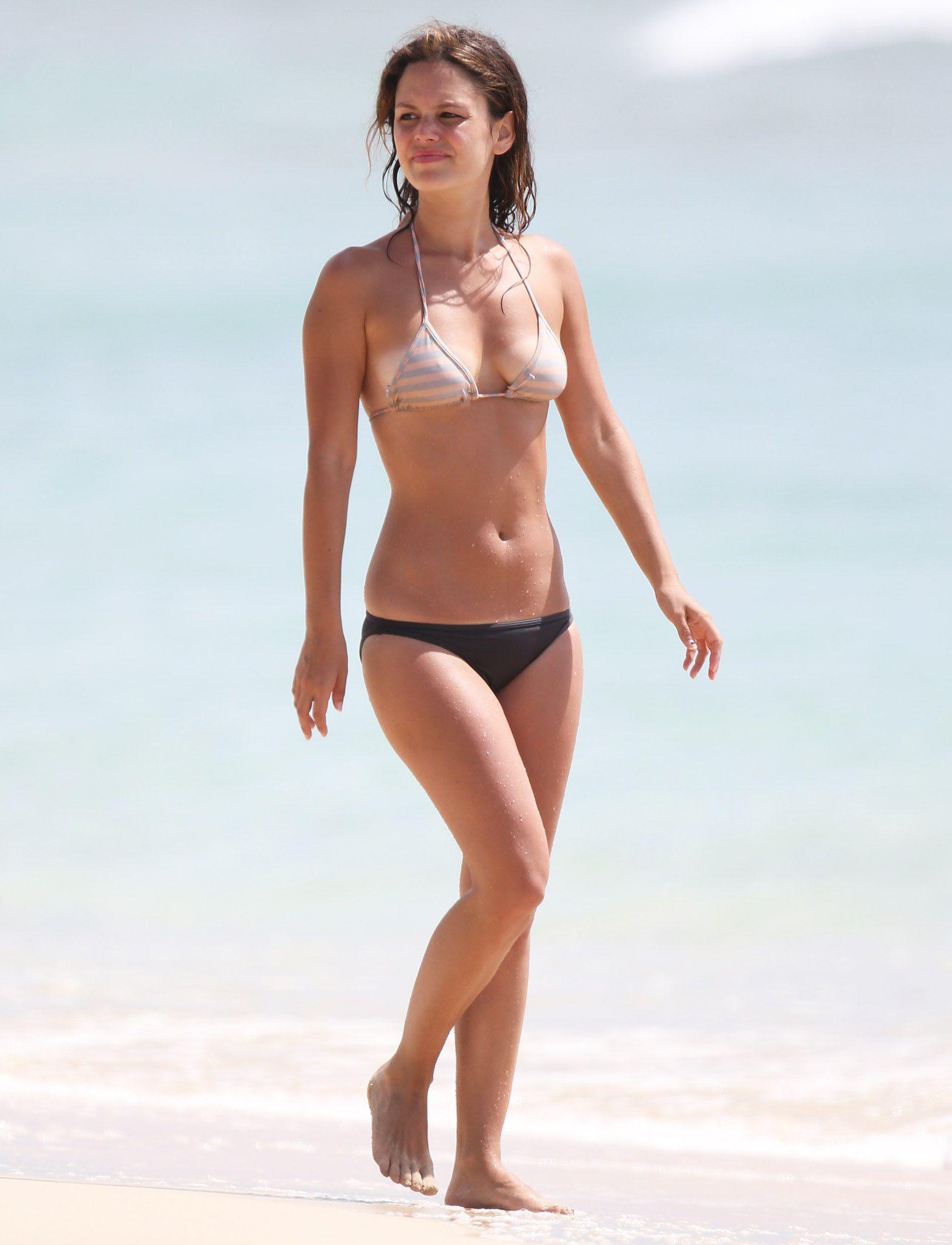 Mit ihre schlanke Körper und Dunkelbraun Haartyp ohne BH (BH-Größe ) auf Strand im Bikini
