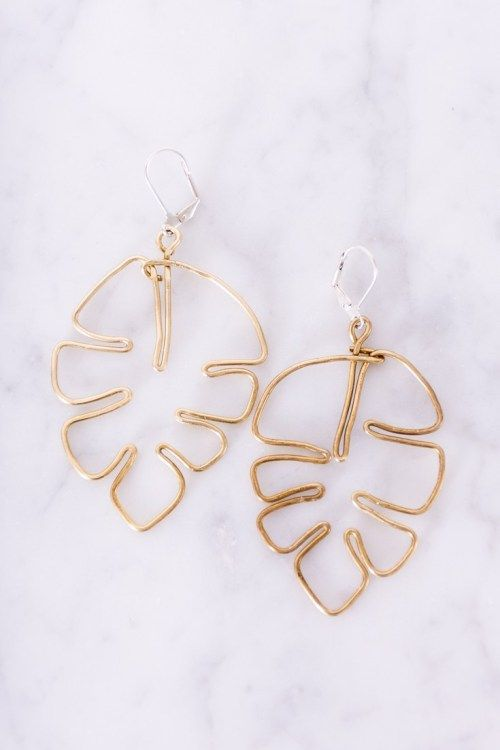 Brass Monstera Leaf DIY Earrings - Diy earrings easy, Leaf earrings diy, Diy earrings, Handmade jewelry, Easy diy fashion, Jewelry making - Hey plant ladies, learn how to make your own brass monstera leaf DIY earrings