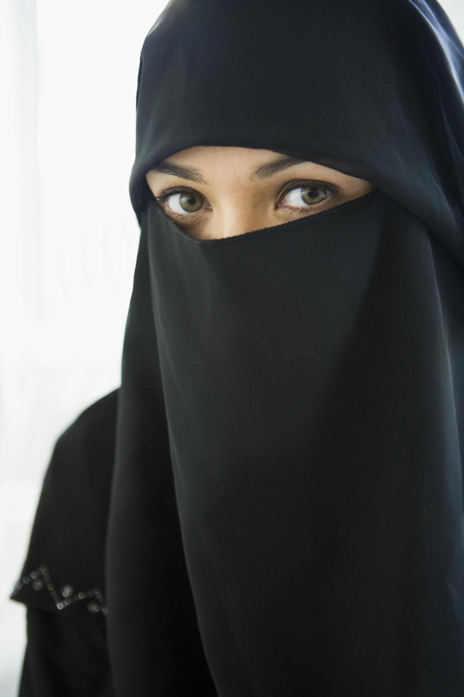 Saudi Females In Full Burkas Niqab Or Burqa Which Show Him The