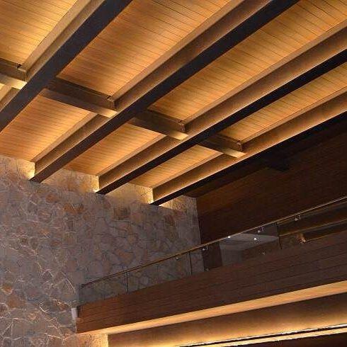 Una iglesia de San Luis Potosí luce espectacular.  Perfil: US09 Color: Teca  #iglesia #deck #Latinoamérica #NewTechWood #Naturale #UltraShield #Pisos #Exteriores #Sustentable #Garantía25años #CeroMantenimiento #MaterialReciclado #Green #Outdoor #25yearswaranty #Ecológico #Arquitectura #Home #estilodevida