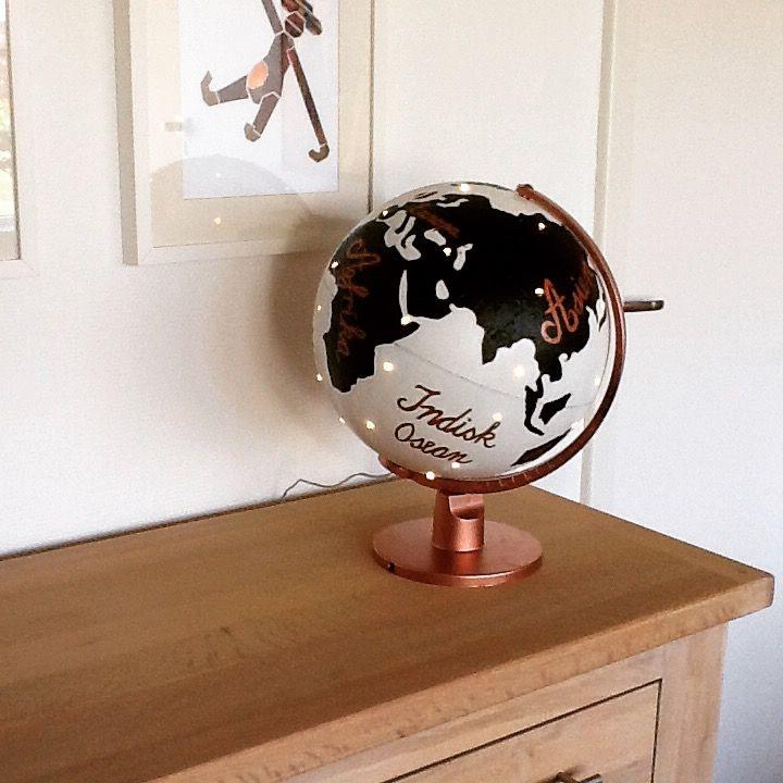 Globus med lys. Malet med sand og akrylmaling