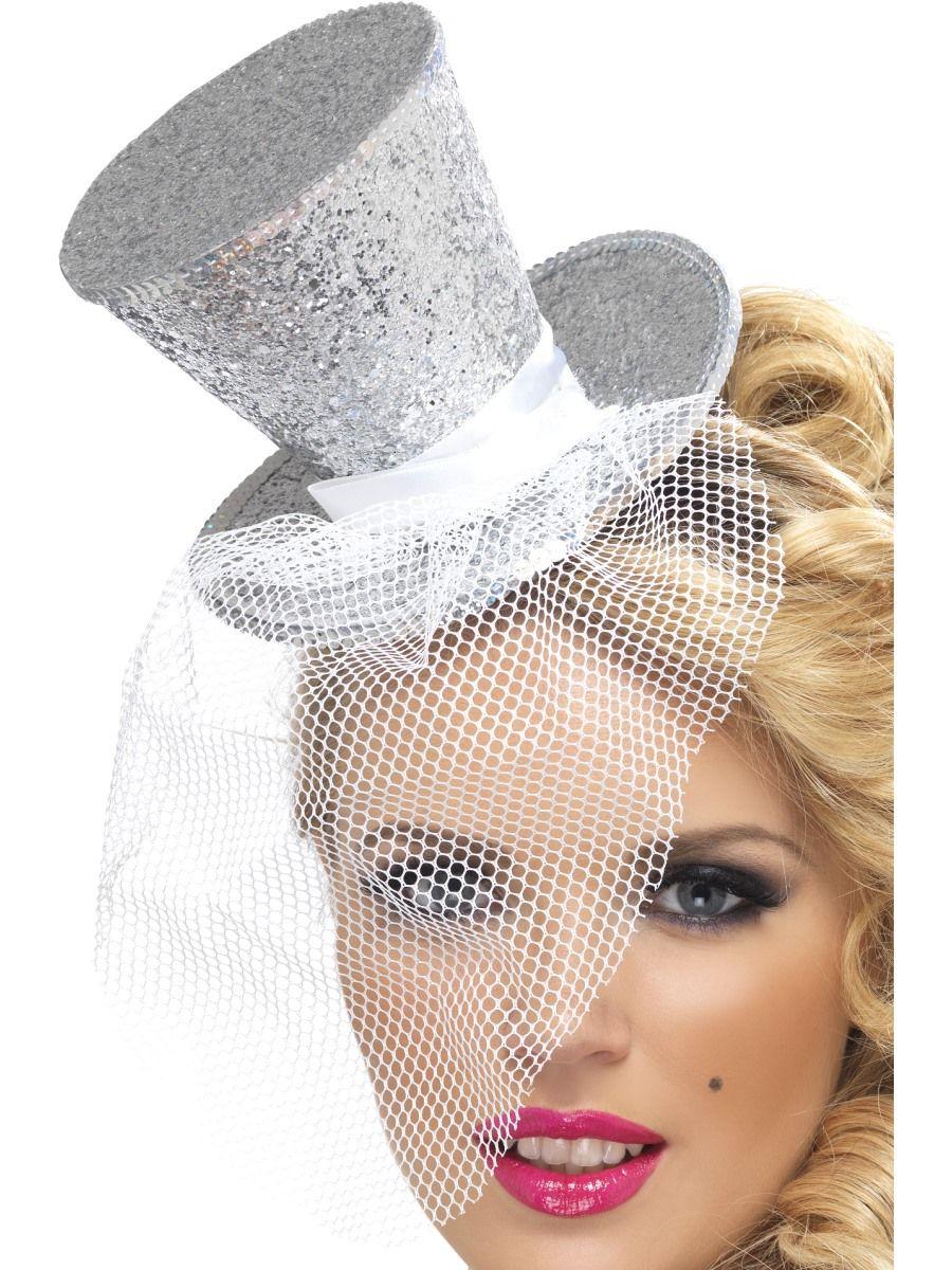 Minihattu; Hopeinen silinteri. Hiuspantaan kiinnitetty hopeinen minisilinteri pitsiverkolla.
