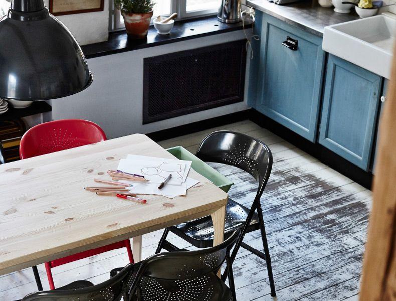 IKEA PS 2014 Tisch aus Kiefer in einer Küche, dessen Seitenschublade leicht geöffnet ist