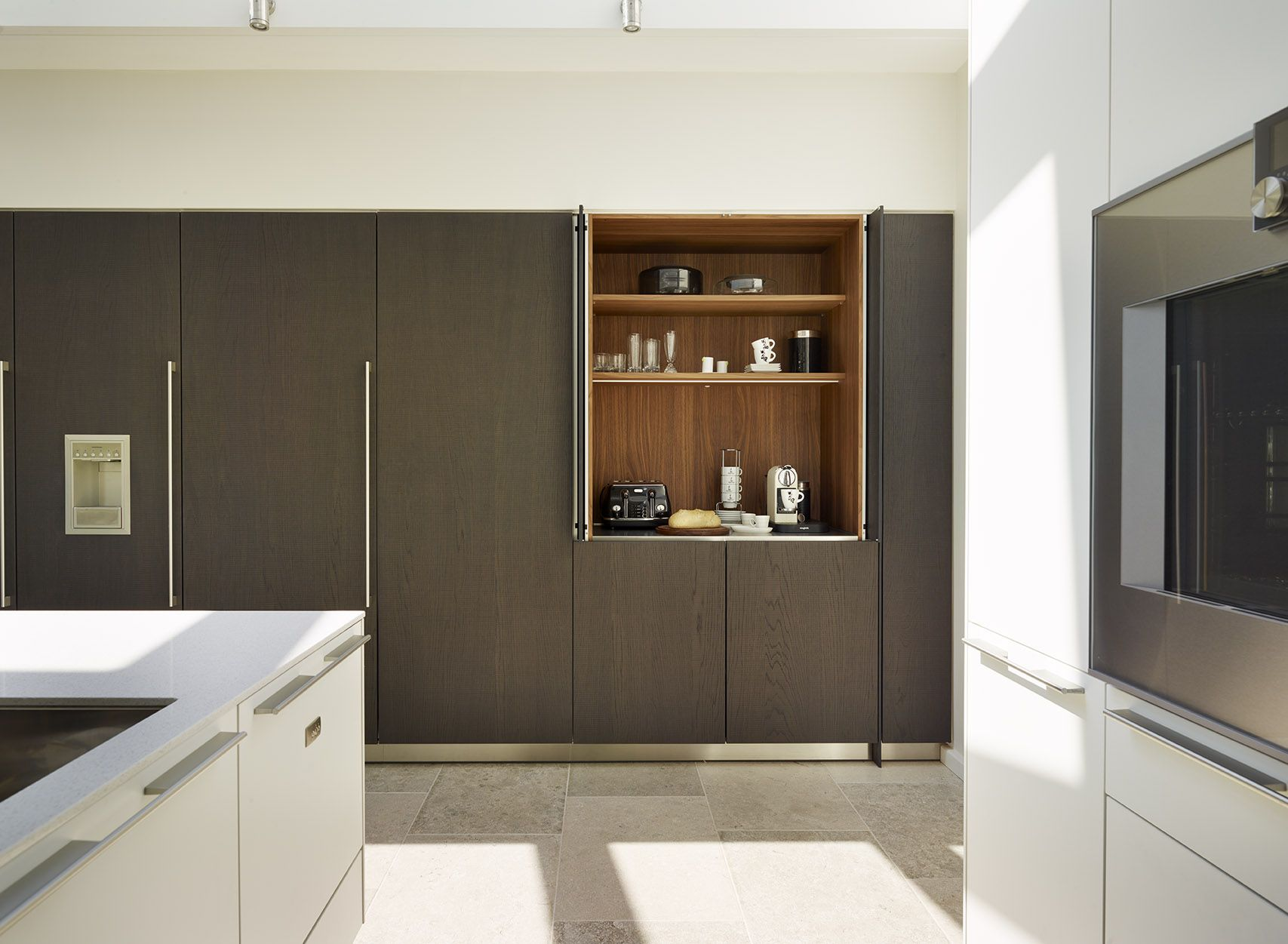 A minimal kitchen must have lots of well designed storage. These ...