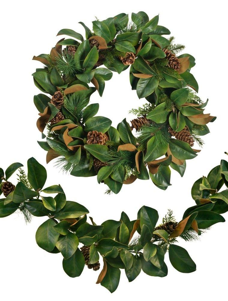 guirnaldas y coronas con hojas de magnolio y piñas de pino