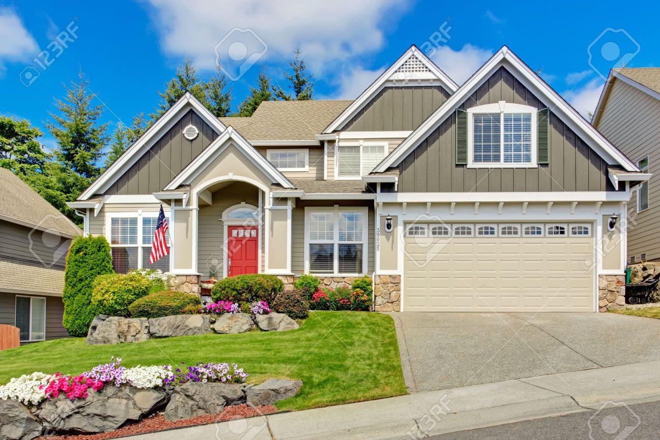Maison gris ext rieur avec porche d 39 entr e et la porte rouge beau paysage de la cour avant avec - Maison avec porche d entree ...