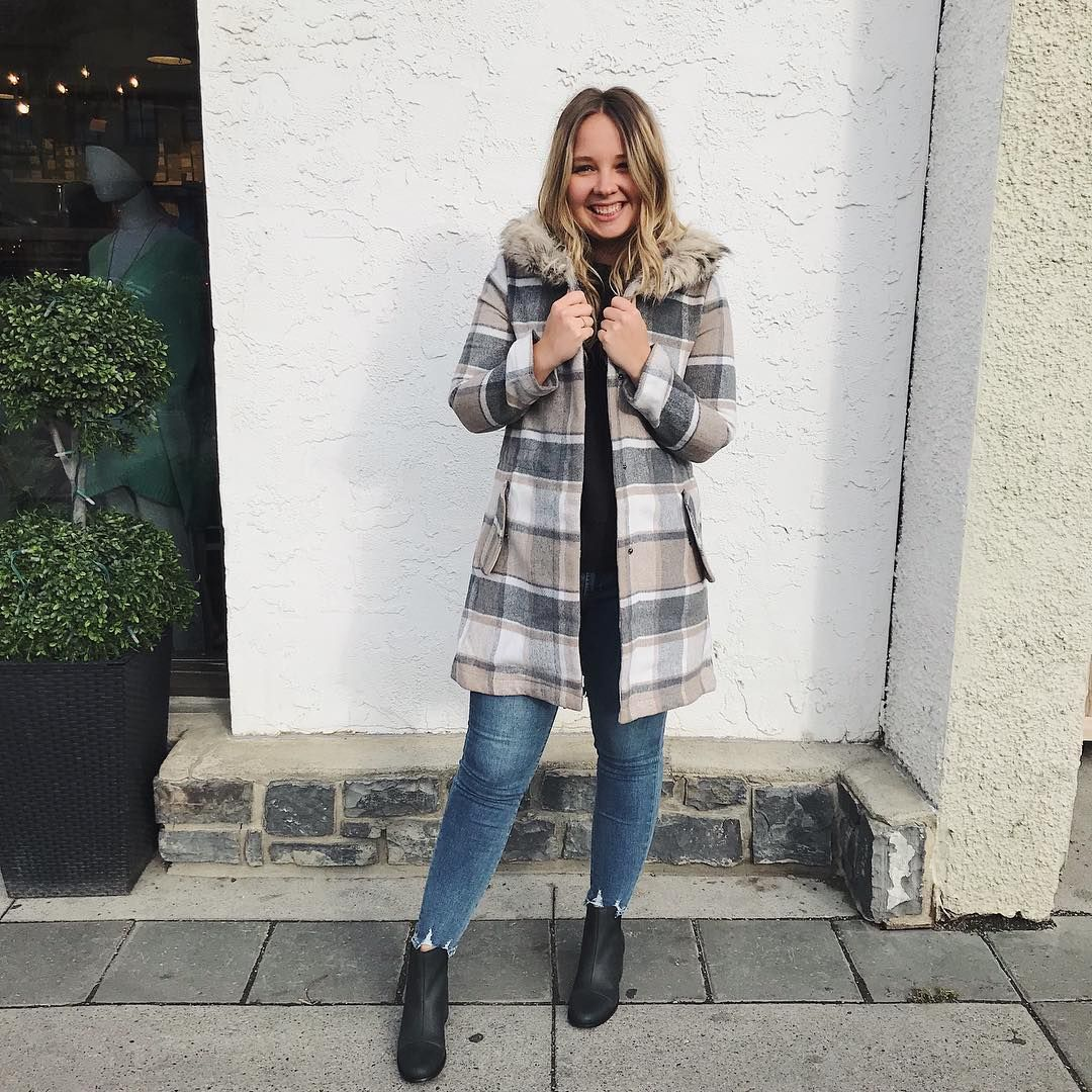6aa4a9dbebee How cute is this @bbdakota faux-fur plaid coat?! 😍 with @articlesofsociety  skinnies + @toms 'Esme' bootie 💛