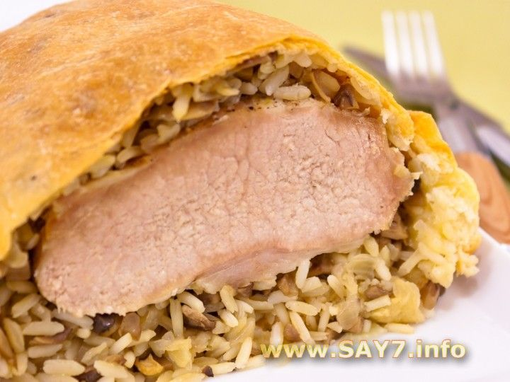 Мясо, запеченное в слоеном тесте с грибами и рисом