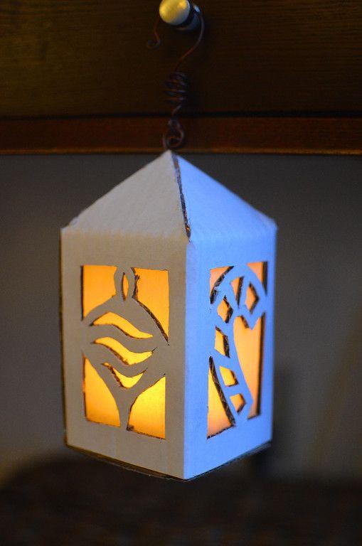 Een lantaarn met waxinelichtje op batterijen. Simpel te maken en de patronen kan je zelf bepalen. Beschrijving in engels met foto's (deze lantaarn staat onderaan de poast) Van ikat bag: The Lights Project - Light Boxes and Lanterns