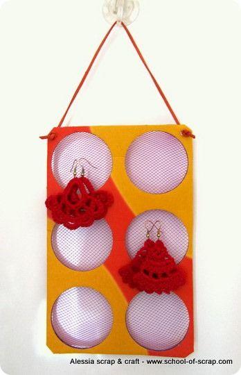Porta orecchini fai da te con cartone riciclato e retina - Porta collane e orecchini ...