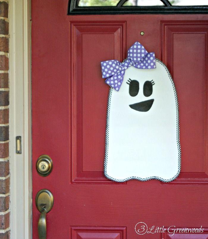 I love this Halloween Ghost Door Hanger! Awesome tutorial for making a DIY door hanger! & Super Cute Halloween Ghost Door Hanger | Halloween door decorations ...