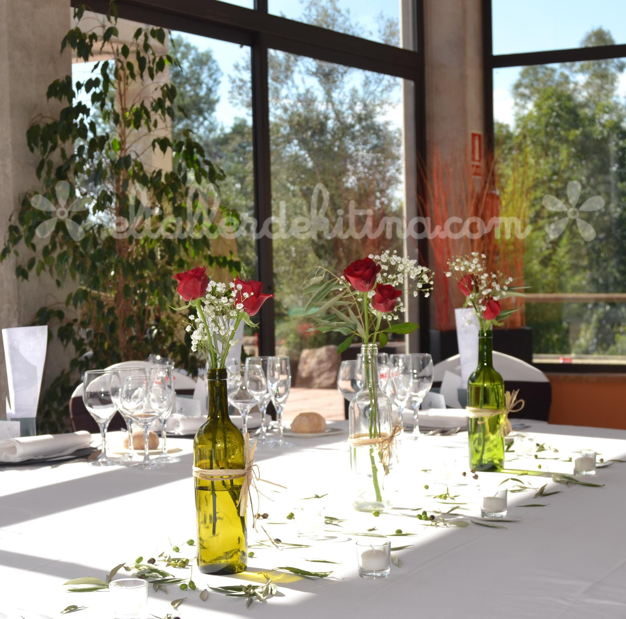 Botellas de vino con rosas un estilo vintage muy chic - Centros de mesa con botellas ...