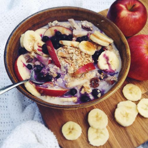 Maple and apple overnight oats from way back topped with banana, frozen blueberries, cinnamon and maple syrup So sweet, and so satisfying  #vegan #veganeats #vegansofig #vegancommunity #plantbased #hclfv #hclf #healthy #oats #overnightoats #oatmeal #fresh #fruit #bananas #breakfast #personal