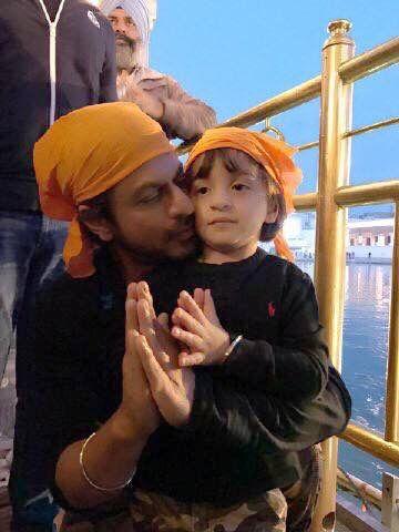 #ShahRukhKhan with son #abramkhan at the Sri Darbar Sahib. For more pics click http://bit.ly/BD_RarePics