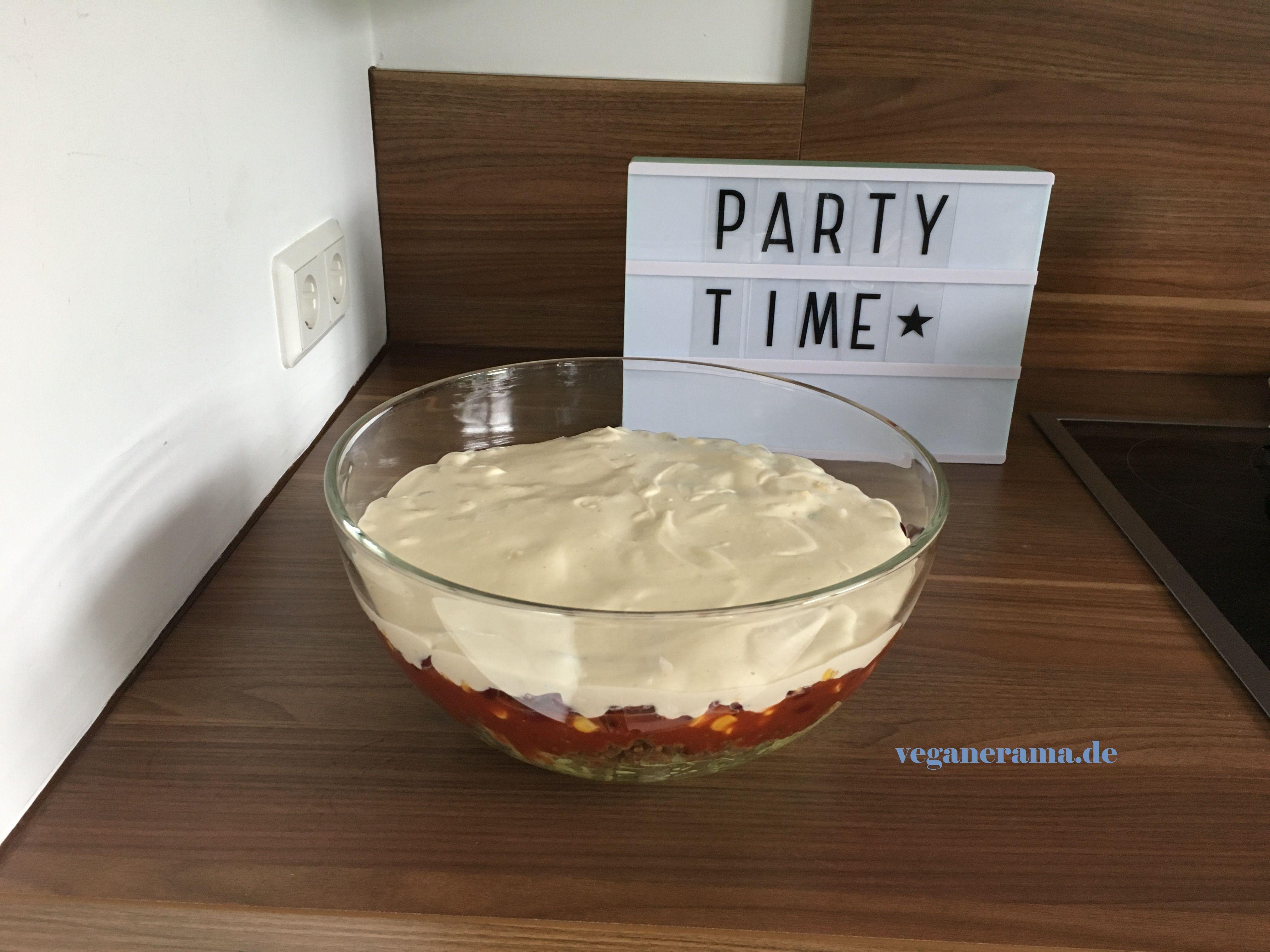 Du suchst nach einem tollen veganen Party-Salat, der auch Nicht-Veganer überzeugt? Dann ist der vegane Taco-Salat genau das Richtige für dich!!
