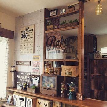 キッチンカウンターの色に合わせた木材に ブラウンのパーツを使って