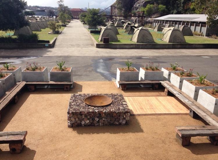 feuerstelle befestigt mit gabionen und einfache sitzbnke aus holz - Versunkene Feuerstellen Ideen