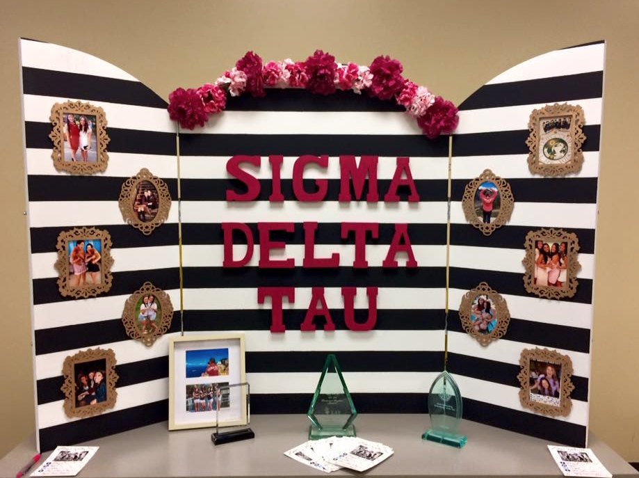 ΣΔT Display Inspiration ~ Love The Photo Frames On The Trifold Board.