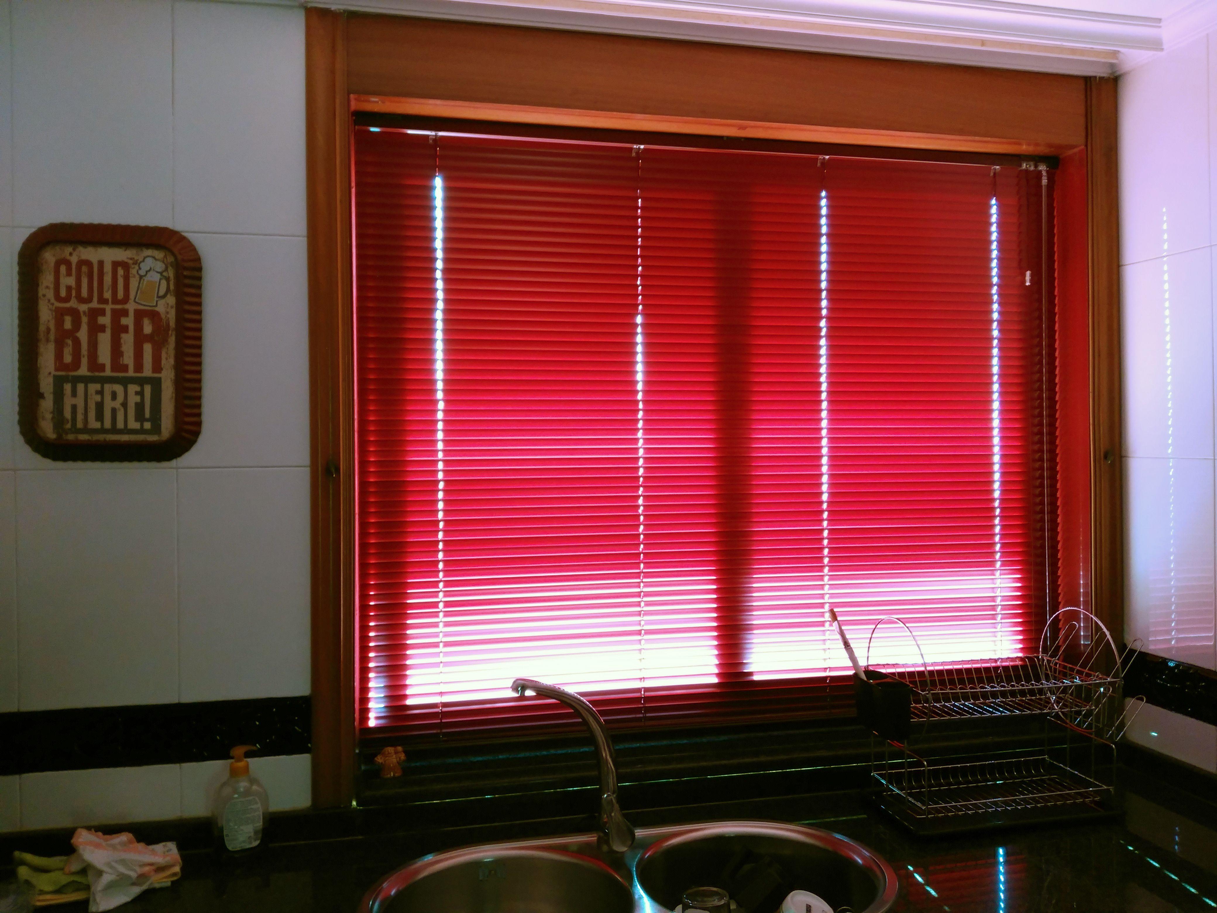Instalaci n de una veneciana de aluminio en la cocina a for Instalacion de ventanas de aluminio