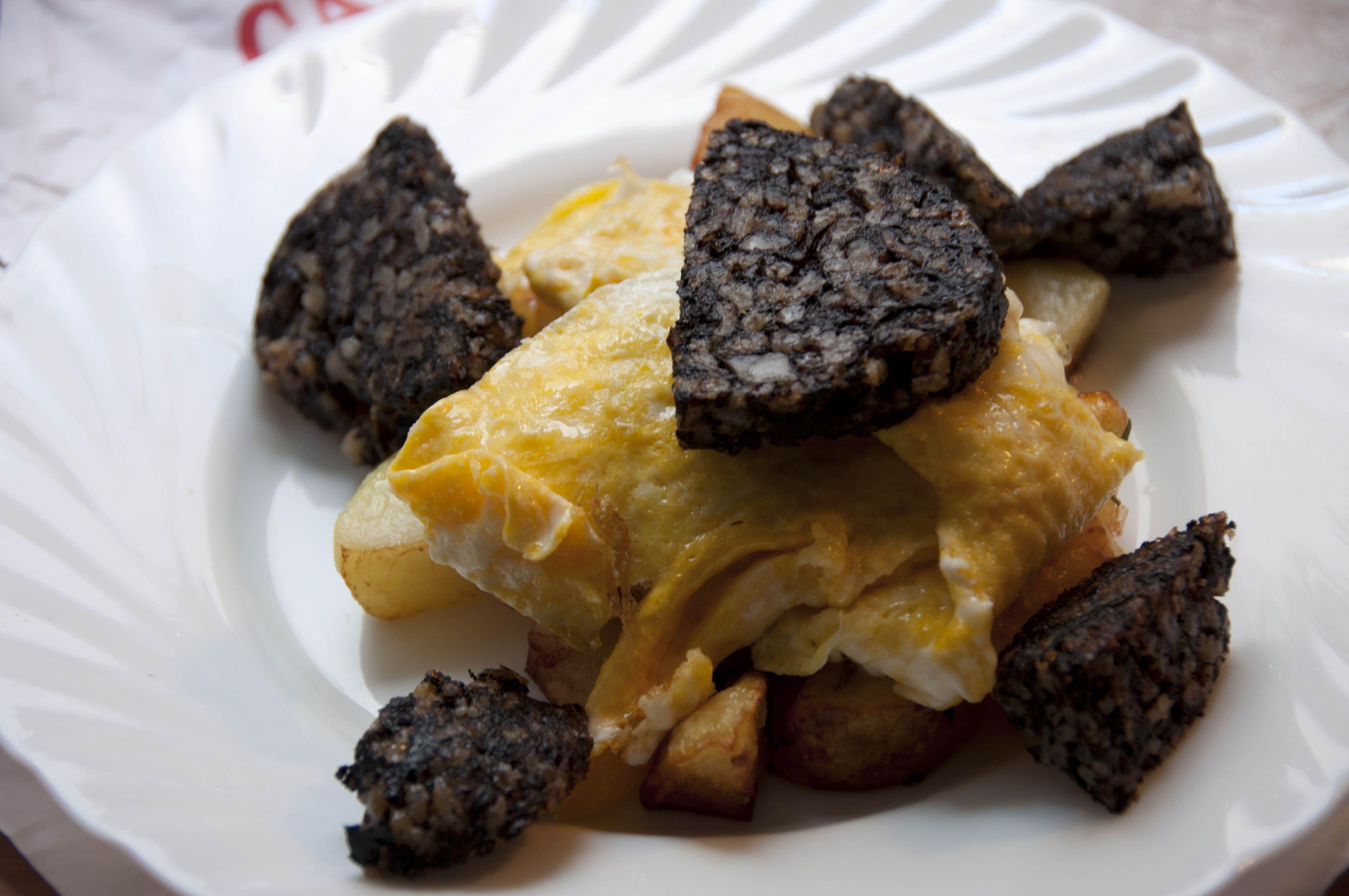 image Desayuno con morcilla huevos y leche