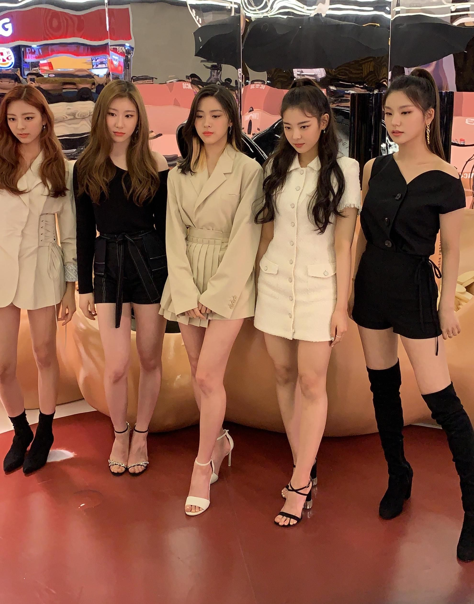Itzy Chaeryoung Ryujin And Lia Feet R Kpopfeets Kpopfeets Kpop Itzy Kpop Fashion Outfits Kpop Outfits