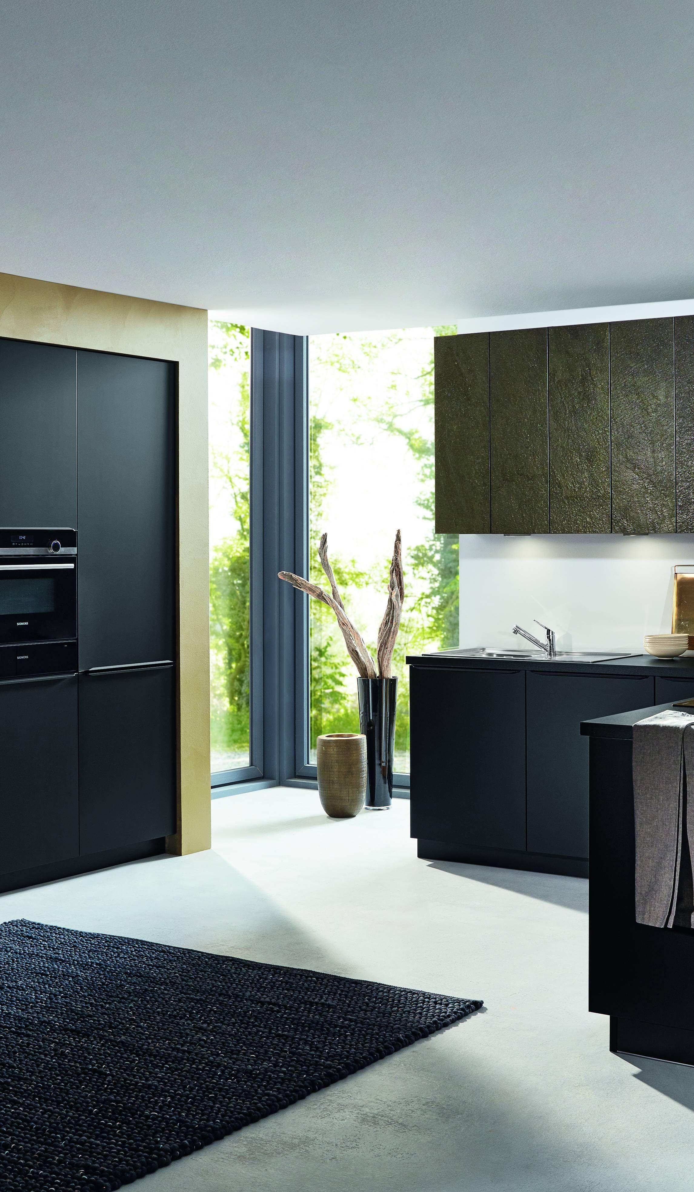 Hier Sehen Sie Eine Elegante Bauformat Kuche Mit Hochwertigen Kuchenmobeln Die Front Ist In Der Farbe Schwarz Seidenmatt Kuchengalerie Kuche Schwarz L Kuchen