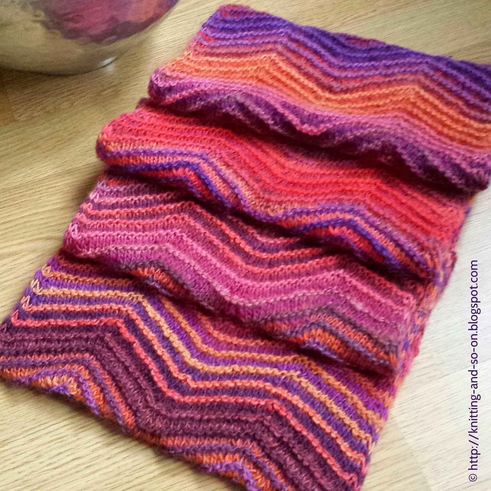 Free Knitting Pattern: Chevrons all Round Cowl | Knitter\'s Paradise ...