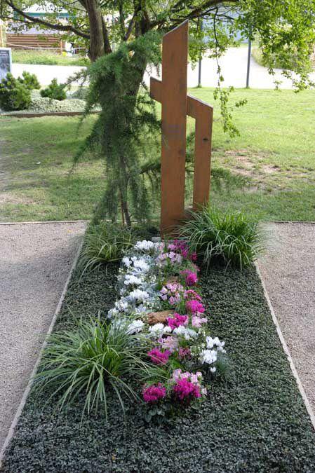 Bodendecker | Надгробия | Cemetery flowers, Grave ...